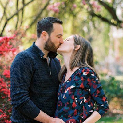 Photo d'un photographe Grossesse d'un couple de futurs parents, ils s'embrassent
